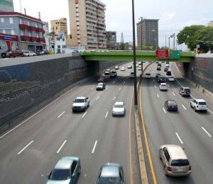 Reportan un carro volcado en la avenida Baldorioty de Castro