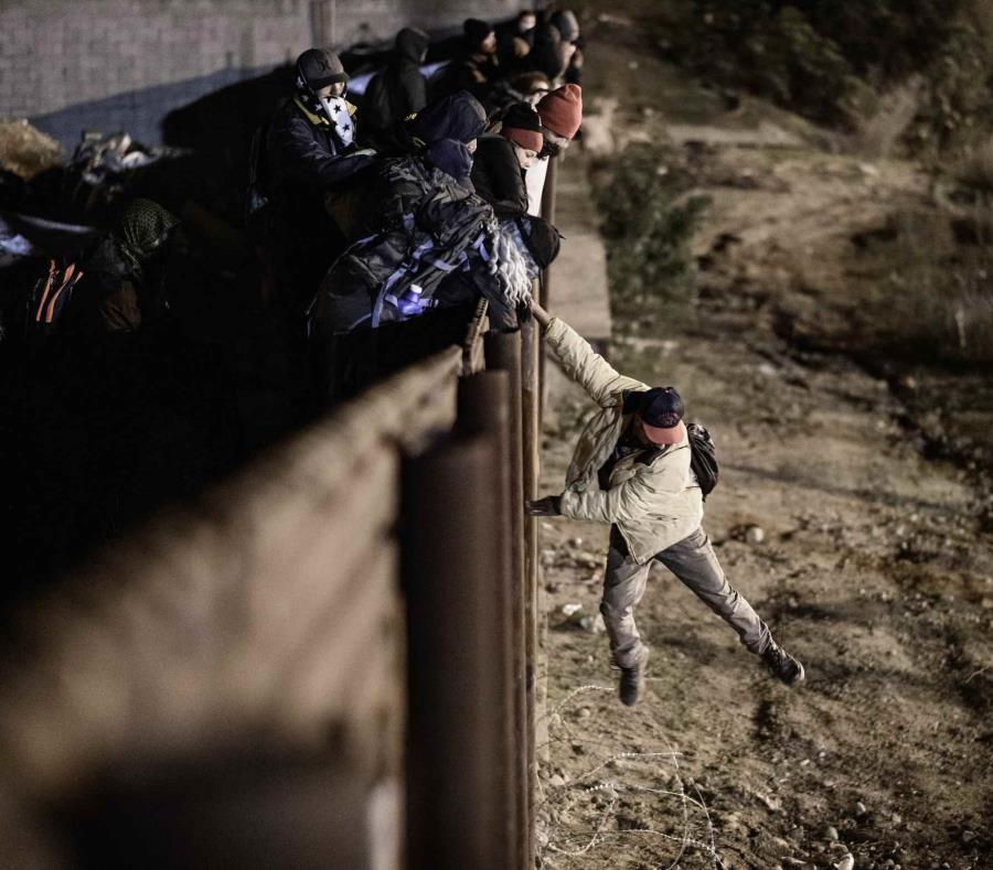 Un migrante salta la valla fronteriza entre Tijuana, México, y San Diego. (AP) (semisquare-x3)