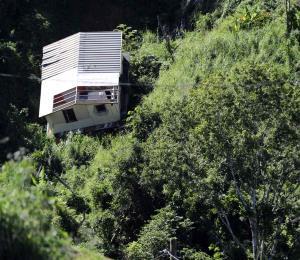 La casa que se fue por un barranco en Corozal amenaza con ceder aún más