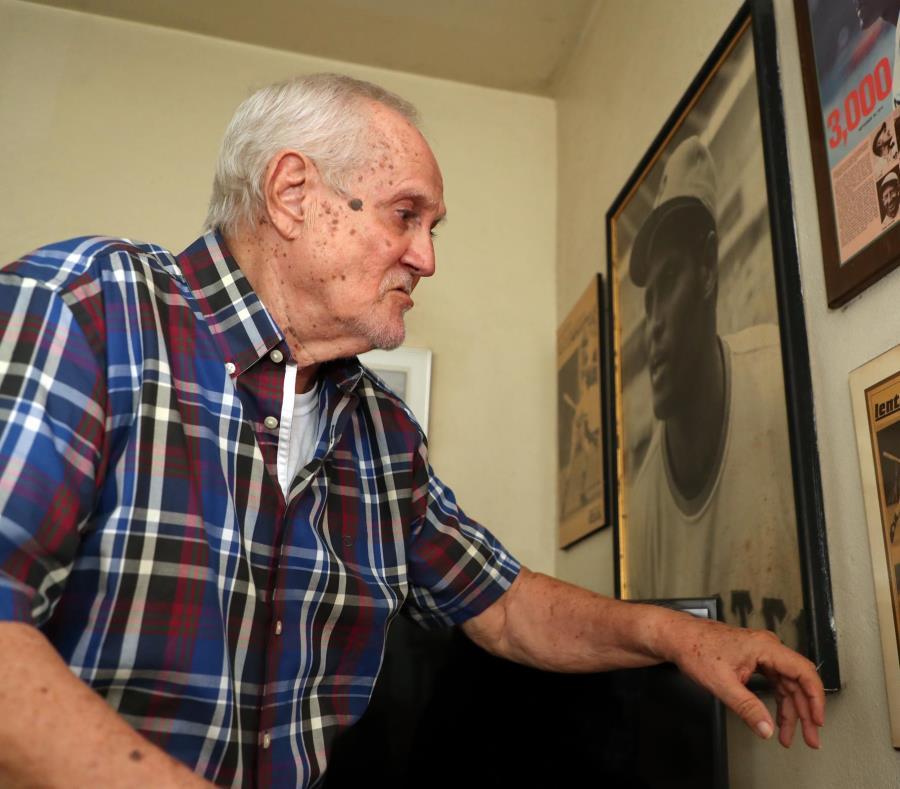 En su residencia, las fotos, como las que por años tomó a Roberto Clemente, son dueñas de las paredes (semisquare-x3)