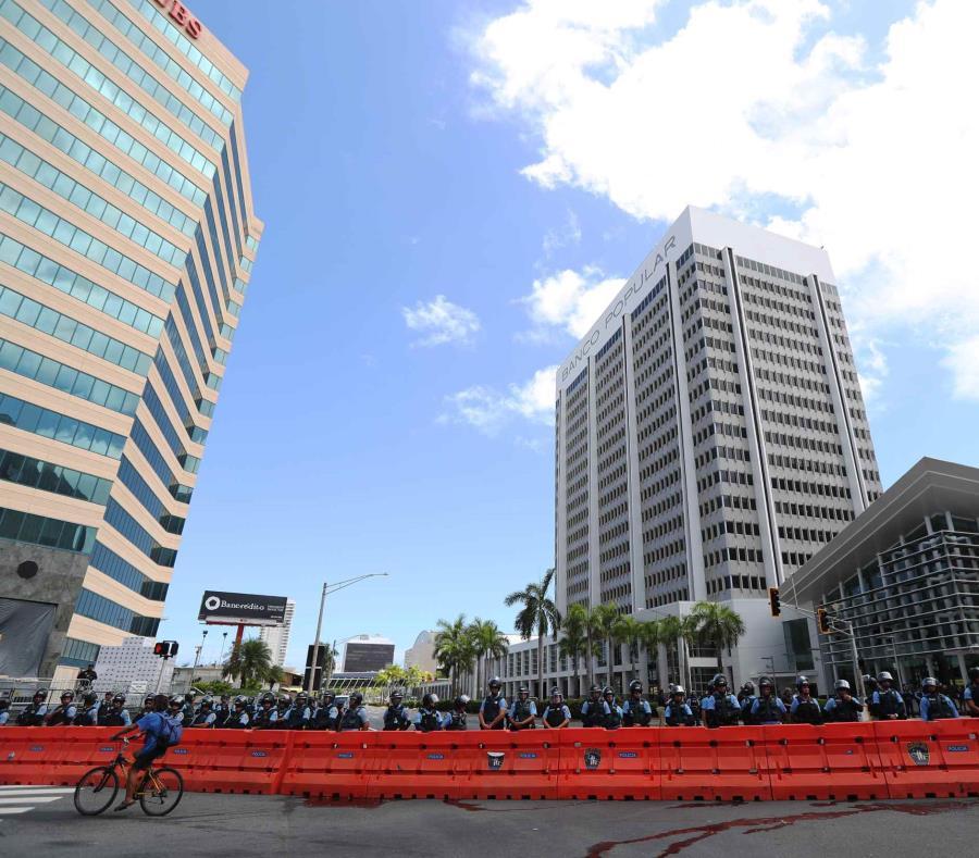 Las vallas establecían el perímetro entre la Policía y los manifestantes (semisquare-x3)