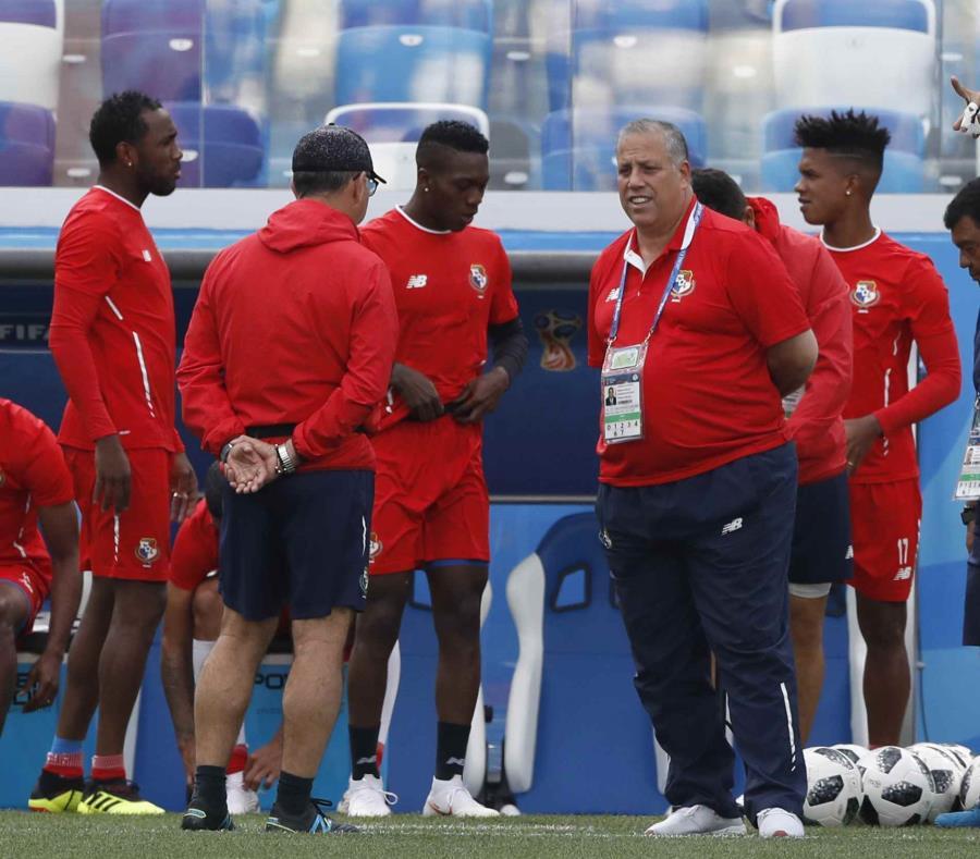 El entrenador en jefe de Panamá, Hernán Darío Gómez, al centro, habla con su equipo durante una sesión de entrenamiento en Rusia. (AP) (semisquare-x3)