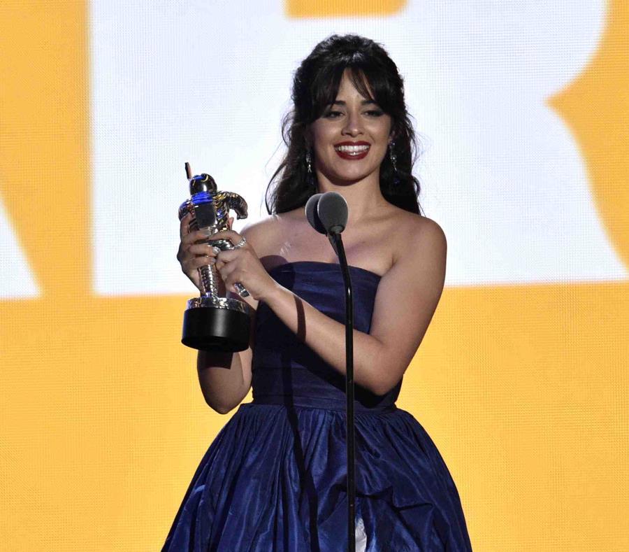 Camila Cabello acepta el premio de Artista del Año. (AP) (semisquare-x3)