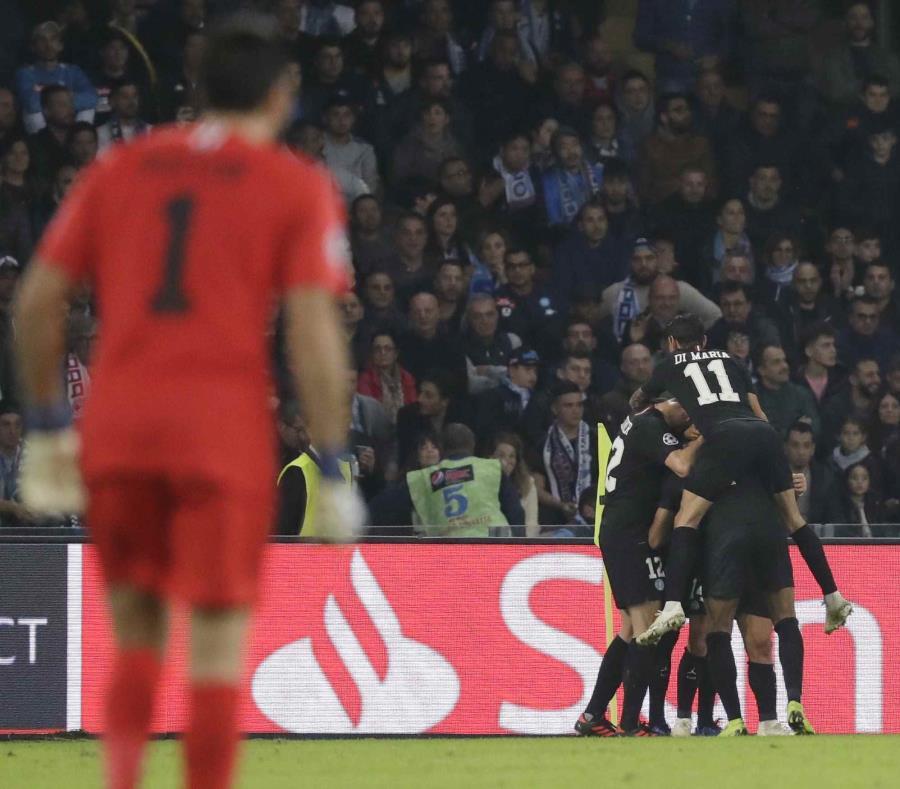 Los jugadores del PSG festejan su primer gol en un partido de la Liga de Campeones ante Napoli. (semisquare-x3)