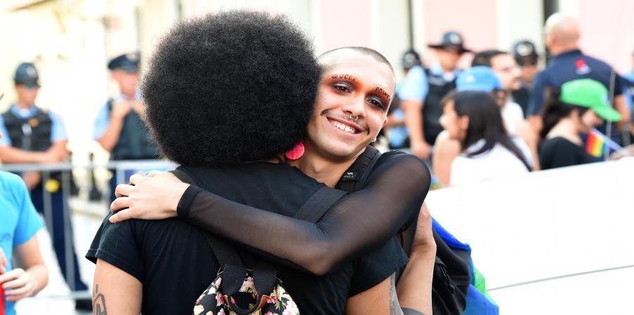 Dos manifestantes se abrazan en la marcha que se celebró el jueves, en el Viejo San Juan, para conmemorar el Día Internacional en contra de la Homofobia. (horizontal-x3)
