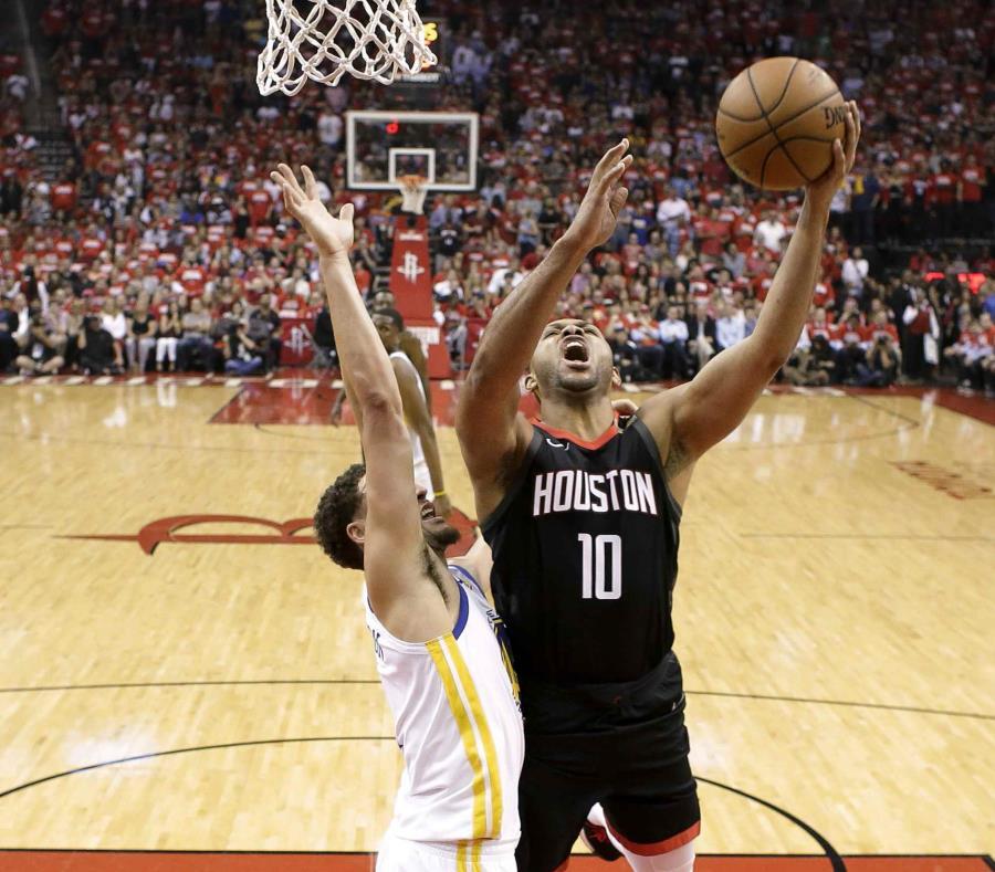Eric Gordon, con el balón, anotó 24 puntos saliendo del banco de los Rockets de Houston. (AP / David J. Phillip) (semisquare-x3)