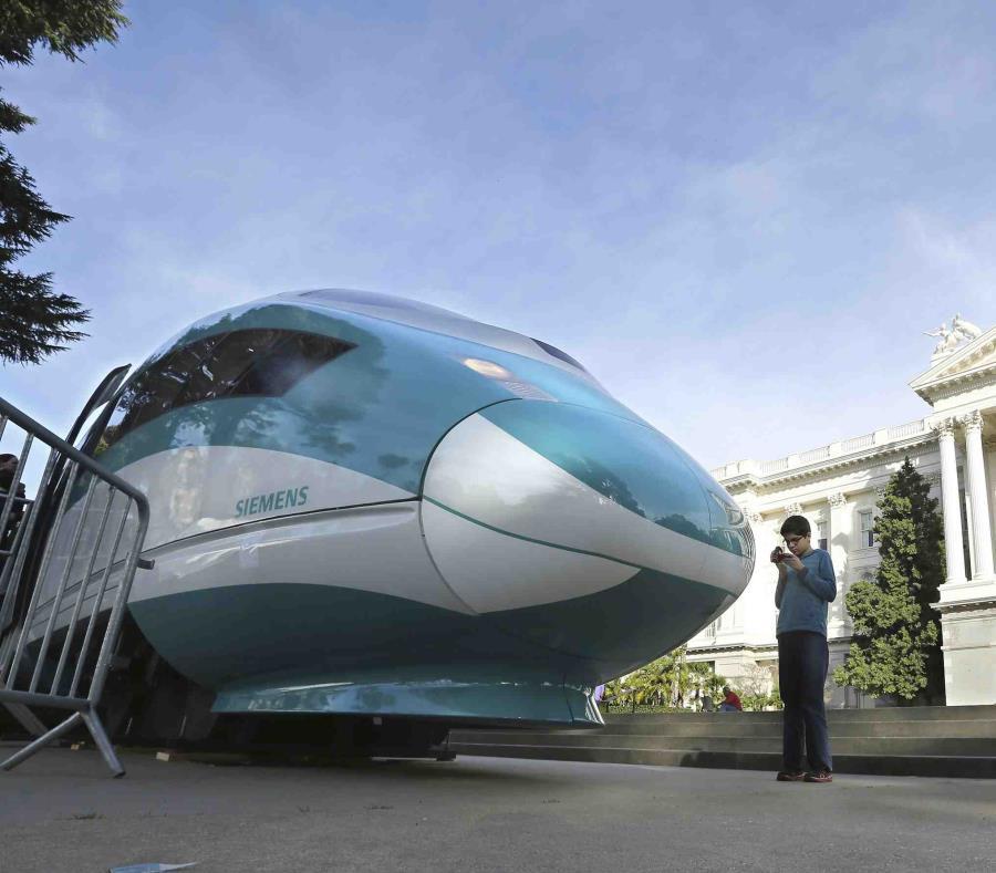 En esta imagen del 26 de febrero de 2015 se ve una maqueta a gran escala de un tren de alta velocidad en el Capitolio de Sacramento, California (semisquare-x3)