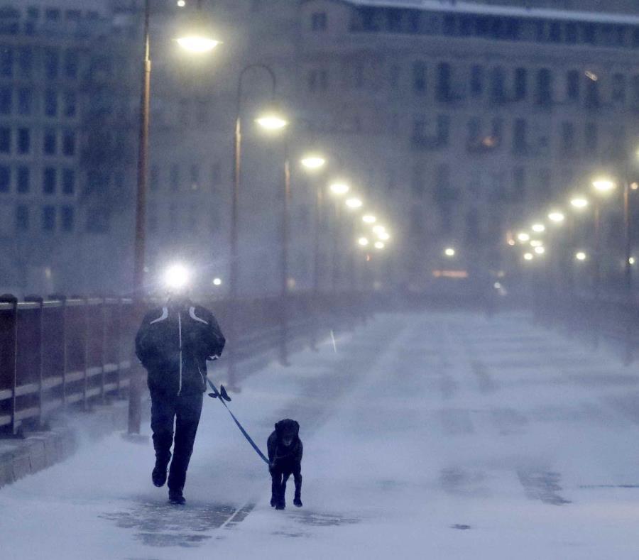 Un corredor y su perro soportan el frío extremo mientras cruzan el puente Stone Arch. (semisquare-x3)