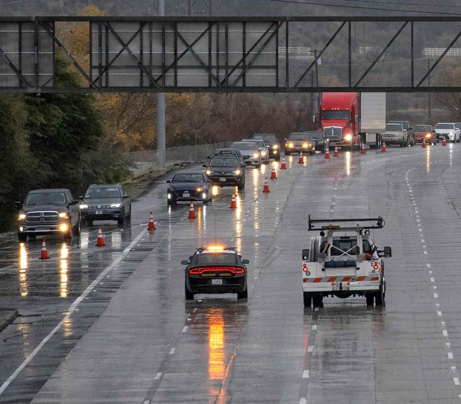 En la imagen, las autoridades desvían el tráfico en la Interstatal 5 en Castaic, California, tras el cierre de la carretera por una nevada más al norte, en Tejon Pass, el 14 de enero de 2019 (semisquare-x3)