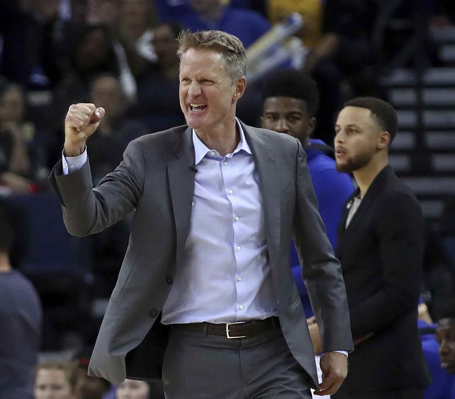 Steve Kerr celebra una canasta durante un partido de los Warriors de Golden State de la NBA. (AP) (semisquare-x3)