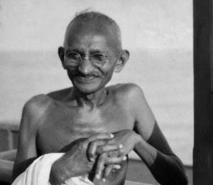 Volvamos a Gandhi, concertemos la paz