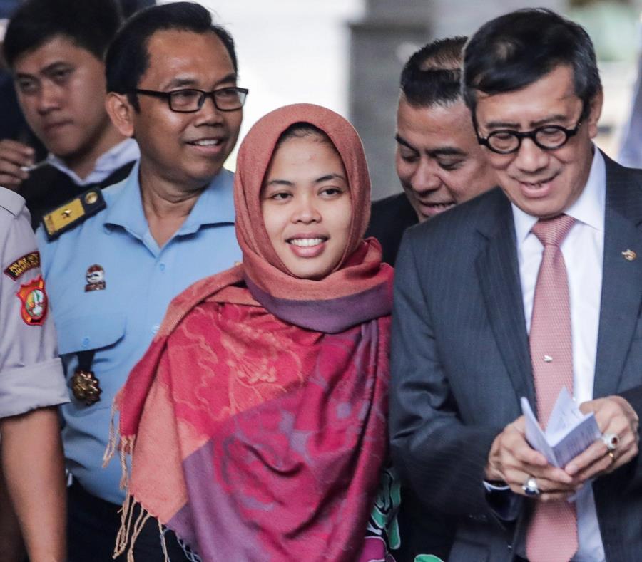 Siti Aisyah (c), acompañada por el ministro indonesio de Leyes y Derechos Humanos, Yassona Laoly (dcha), en el aeropuerto Halim Perdana Kusuma, en Yakarta, Indonesia (semisquare-x3)
