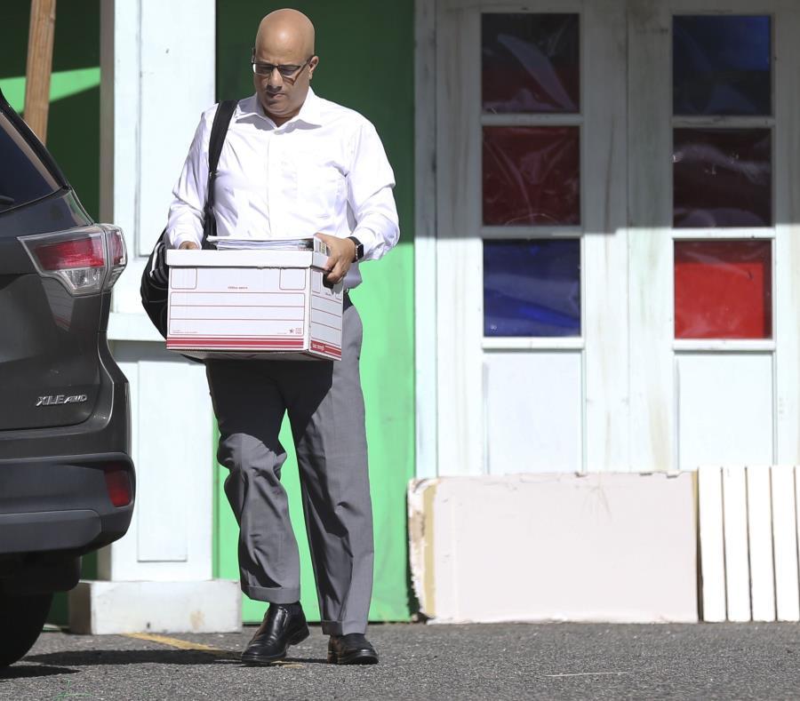 El presidente del PPD, Héctor Ferrer, llegó ayer a la sede de la colectividad cargando una caja. (semisquare-x3)