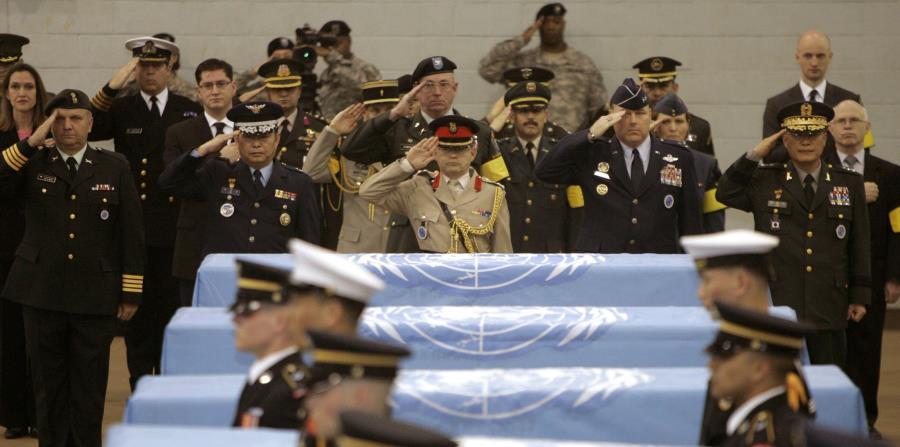En esta fotografía de archivo del 12 de abril de 2007, delegados de países que participaron en la Guerra de Corea hacen un saludo militar ante ataúdes cubiertos con la bandera de las Naciones Unidas (horizontal-x3)