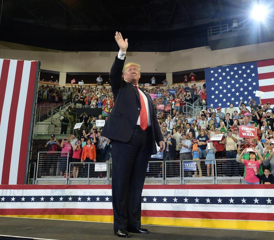 El presidente Donald Trump ingresa a la Arena Erie Insurance para un evento de campaña en Erie, Pensilvania, el miércoles 10 de octubre de 2018 (semisquare-x3)