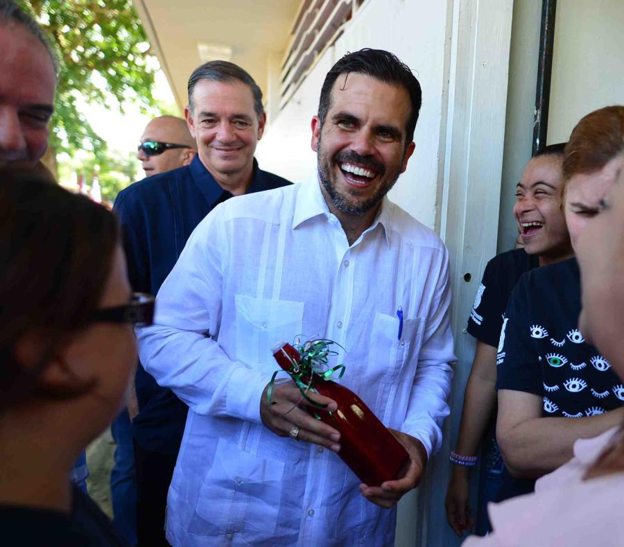 El gobernador Ricardo Rosselló visitó la escuela Emilio Huike y habló sobre proyectos de desarrollo social y comunitario en escuelas en desuso. (semisquare-x3)
