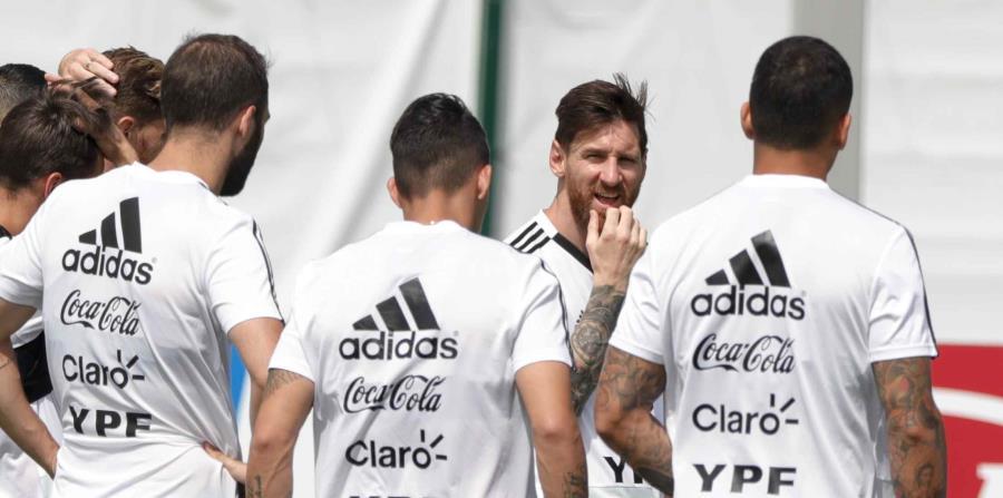 Lionel Messi y sus compañeros durante una práctica de Argentina. (AP) (horizontal-x3)