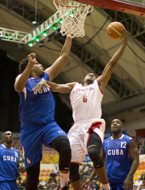 Javier Justiz (izq.) es uno de los jugadores de futuro de la selección cubana de baloncesto. (vertical-x1)