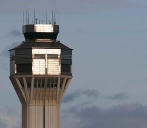 Una avioneta golpea con una ala un carro en el aeropuerto Luis Muñoz Marín