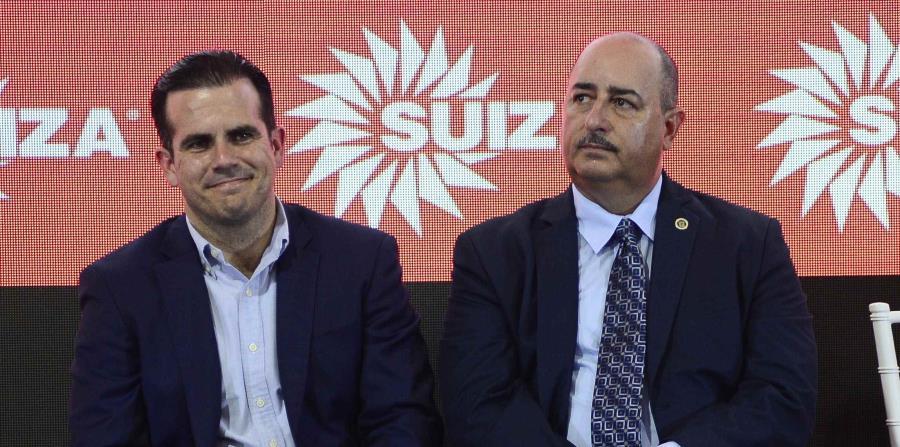 El gobernador Ricardo Rosselló, junto al Secretario de Agricultura, Carlos Flores, durante la inauguración de la planta de leche Vida Extendida de Suiza Dairy, en Aguadilla. (horizontal-x3)