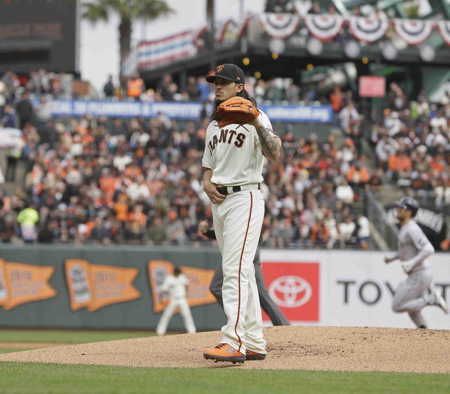 Dereck Rodríguez espera recibir la bola luego de permitirle un cuadrangular a Kevin Kiermaier, de los Rays de Tampa Bay. (AP / Eric Risberg) (semisquare-x3)