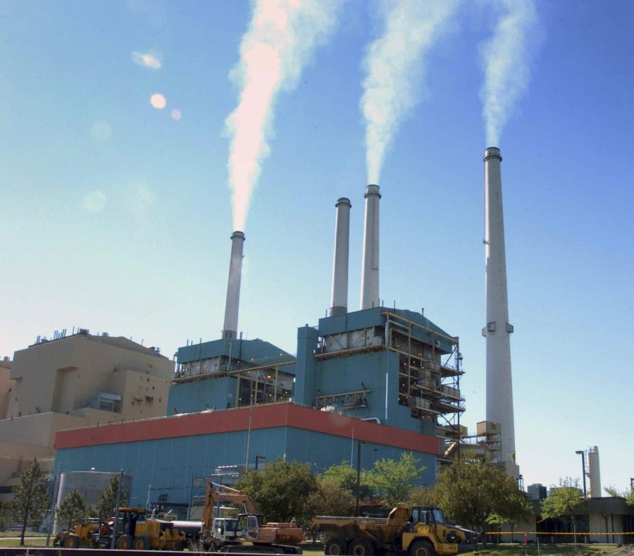 La pregunta busca conocer qué opciones el público apoya cuando llegue el momento de retirar de operaciones dos centrales generatrices que utilizan carbón. En la imagen, una estación que utiliza carbón en Montana. (AP) (semisquare-x3)