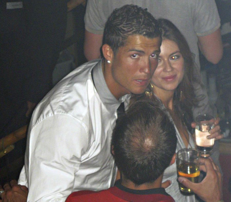 El futbolista Christiano Ronaldo aparece en esta foto con su acusadora, Kathryn Mayorga, en el Rain Nightclub de Las Vegas. (AP) (semisquare-x3)