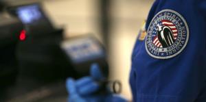 Detienen a dos extranjeros que intentaron entrar con documentos falsos a Puerto Rico