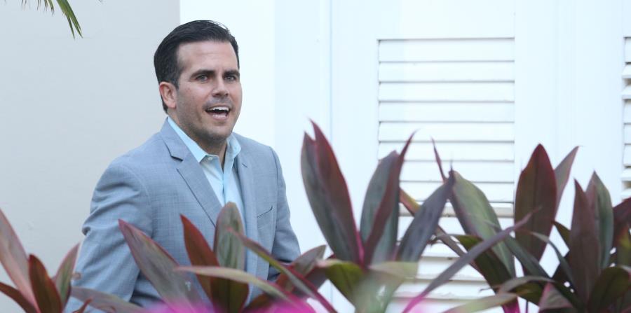 El gobernador Ricardo Rosselló camina por el patio de La Fortaleza. (horizontal-x3)