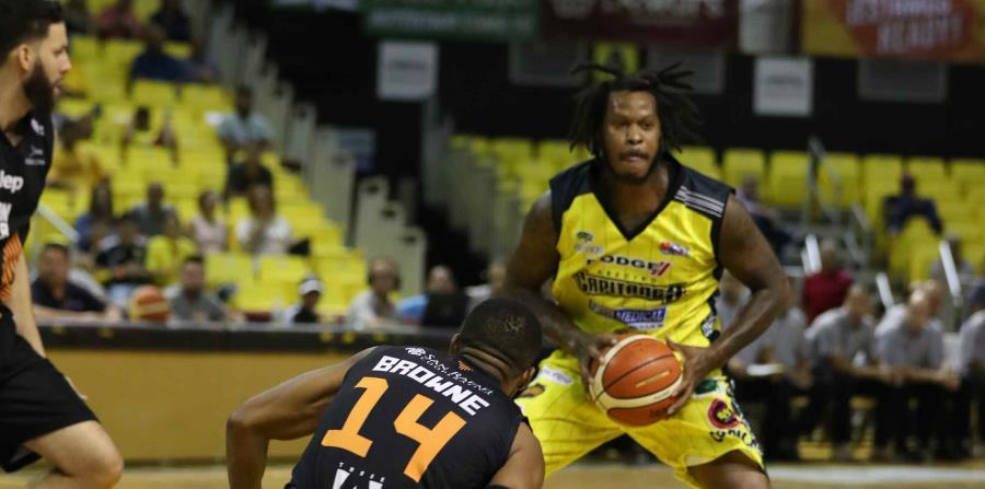 Davon Jefferson, con el balón, logró 24 puntos con 10 rebotes en la victoria de los Capitanes sobre San Germán. (david.villafane@gfrmedia.com) (horizontal-x3)