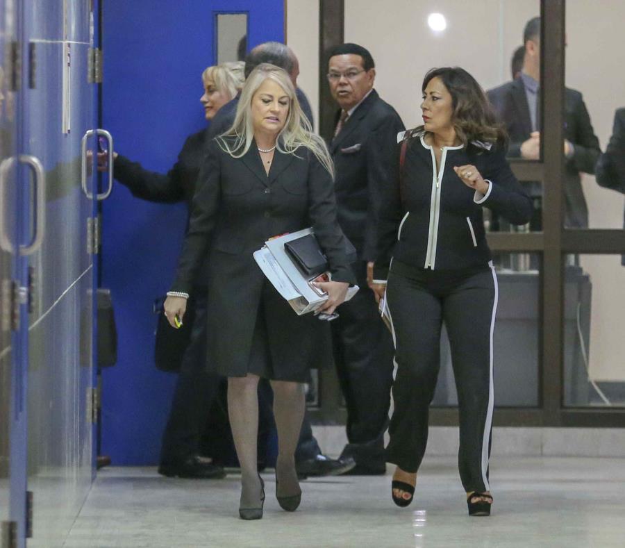 Wanda Vázquez Garced (izq.) sale de la sala de la jueza Yazdel Ramos Colón en la vista celebrada el viernes. (semisquare-x3)
