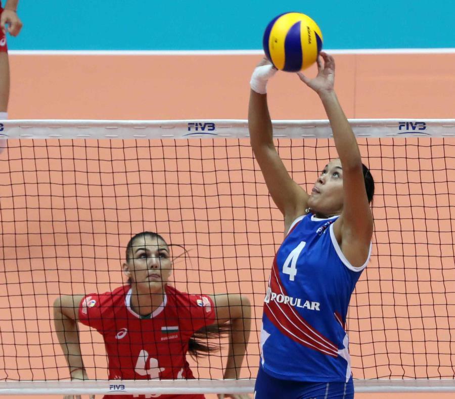Raymariely Santos (derecha) con el equipo de Puerto Rico. (GFR Media) (semisquare-x3)