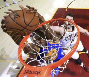 Cleveland entregó el tercer juego en bandeja de plata a los Warriors