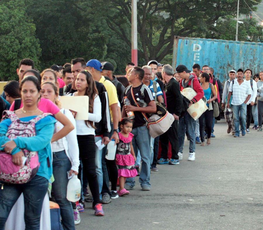 Ciudadanos venezolanos cruzan desde su país hacia Colombia este sábado, por el Puente Internacional Simón Bolívar, en Cúcuta (Colombia). (EFE) (semisquare-x3)