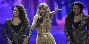 Los artistas se lucen sobre el escenario de los American Music Awards