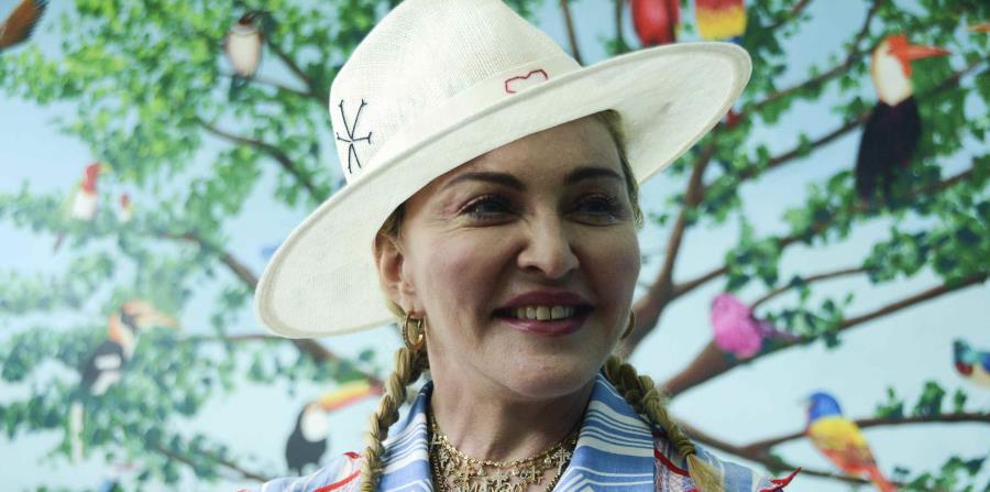 Madonna conversa con periodistas durante una conferencia de prensa en Blantyre, Malaui. (AP) (horizontal-x3)