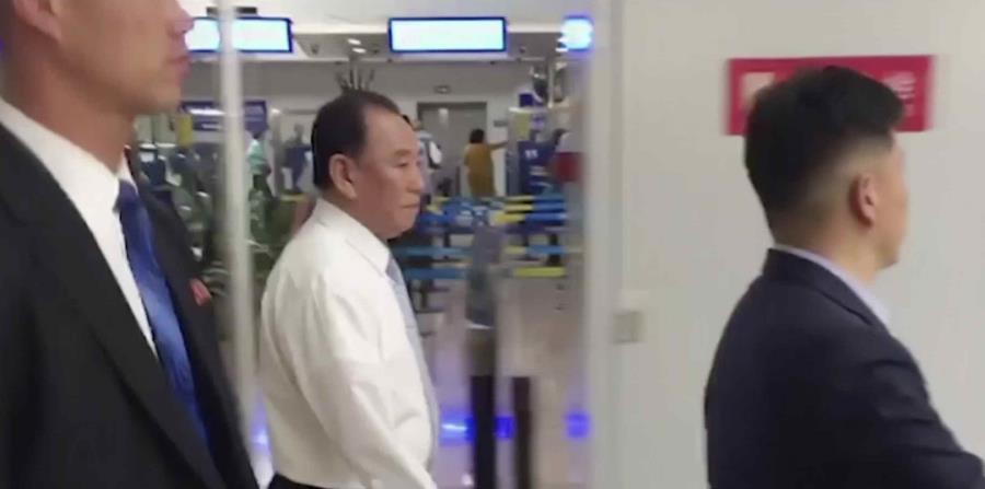 Kim Yong Chol (con camisa), exjefe de inteligencia militar que ahora es el máximo responsable de relaciones intercoreanas para Kim Jong Un, camina por el aeropuerto de Beijing, China (horizontal-x3)