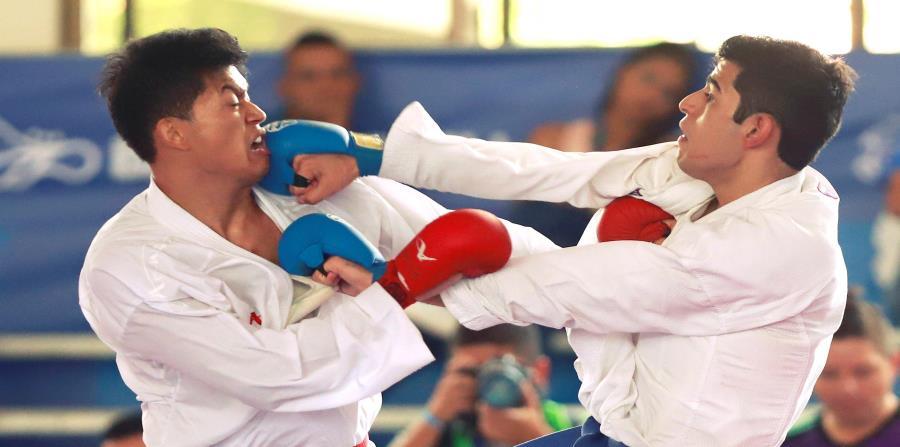 Brandon Ramírez, a la izquierda, le dio una medalla de bronce a Guatemala en el karate. (horizontal-x3)