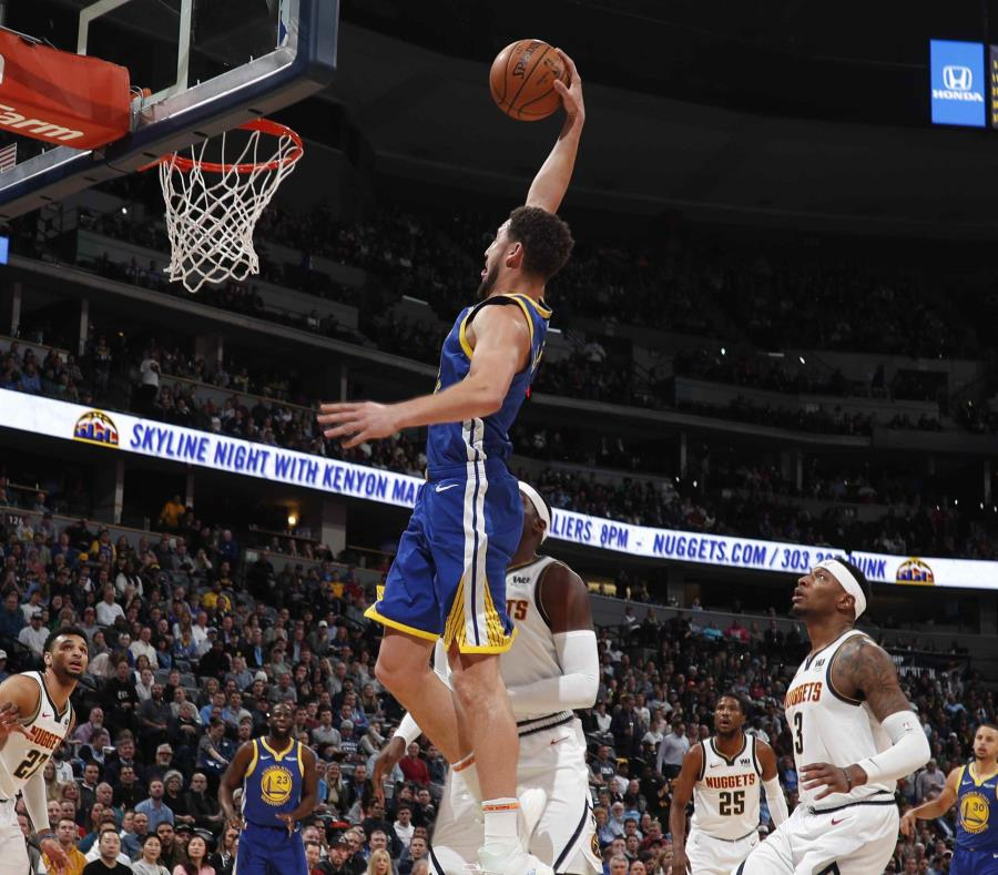 Curry y Thompson dirigen a Warriors, que imponen marca con 51 puntos