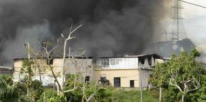 El Cuerpo de Bomberos batalla contra un incendio en un almacén de Guaynabo