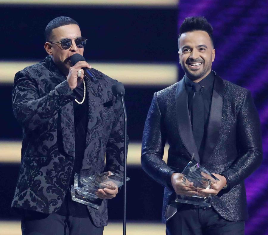 Daddy Yankee y Luis Fonsi reciben un premio durante los Billboard Latin Music Awards realizado en el Mandalay Bay, en Las Vegas. (Archivo AP) (semisquare-x3)