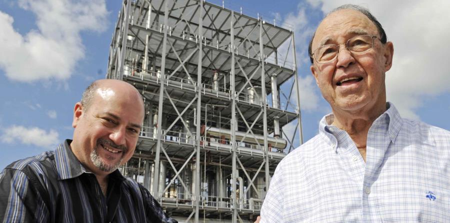 Bajo el liderado de Félix Juan Serrallés Nevares (der.), la Destilería Serrallés alcanzó hitos en innovación y un sitial de liderato en el mercado de Puerto Rico, al igual que una expansión hacia otros mercados internacionales. (GFR Media) (horizontal-x3)