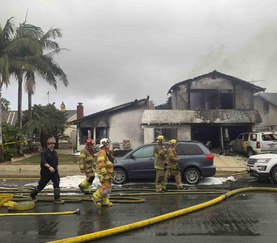 Varios bomberos trabajan en el sitio donde una avioneta se estrelló contra una casa en Yorba Linda, California, el domingo 3 de febrero de 2019 (semisquare-x3)