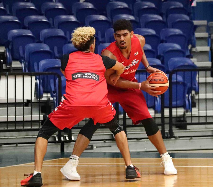Tyler Davis (con el balón), de ascendencia puertorriqueña, debutó con el equipo nacional en el AmeriCup del pasado año. (semisquare-x3)