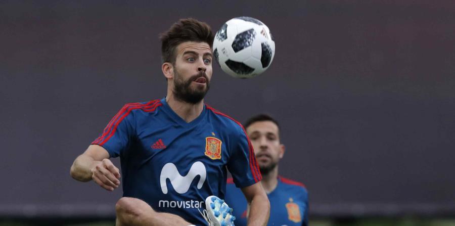 Gerard Piqué controla el balón durante una práctica de España. (AP) (horizontal-x3)