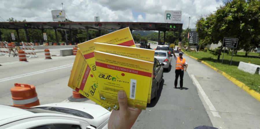 Una mujer vende sellos del AutoExpreso en la autopista José de Diego. (GFR Media) (horizontal-x3)