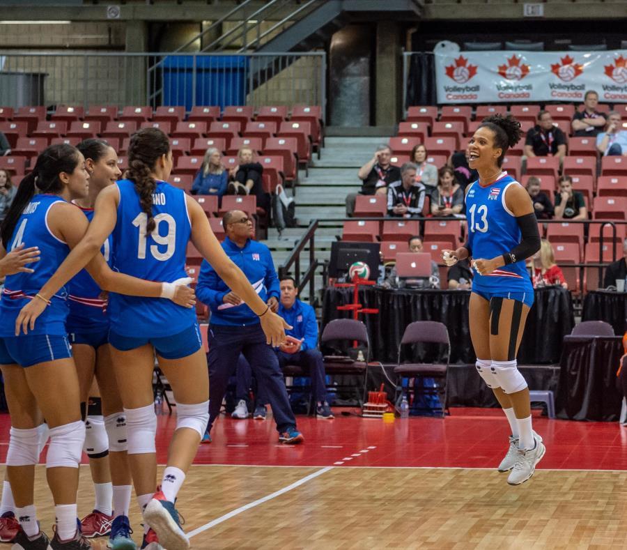 La opuesto Shirley Ferrer (der.) celebra un punto durante la Copa Challenger celebrada en Edmonton, Canadá. (Cortesía Confederación Norceca) (semisquare-x3)