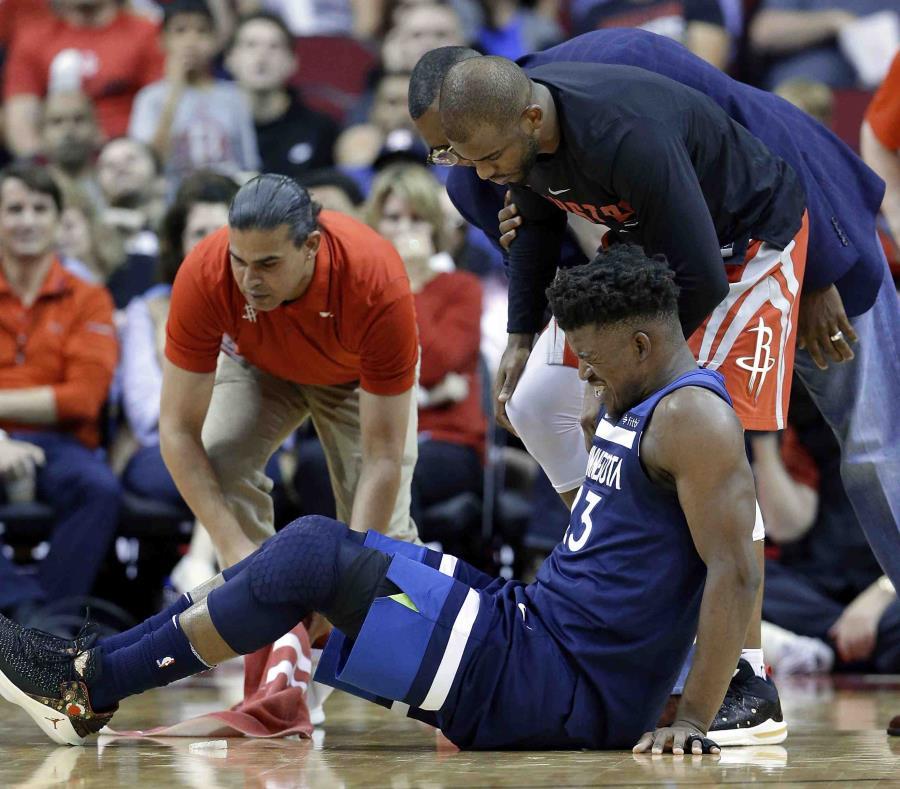 Jimmy Butler reacciona luego de lastimarse la rodilla durante el partido contra los Rockets. (AP) (semisquare-x3)