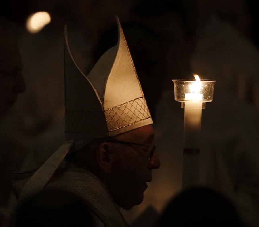 El papa Francisco sostiene una vela a su llegada a una misa en la basílica de San Pedro, en el Vaticano, el 2 de febrero de 2019. (AP Foto/Gregorio Borgia) (semisquare-x3)
