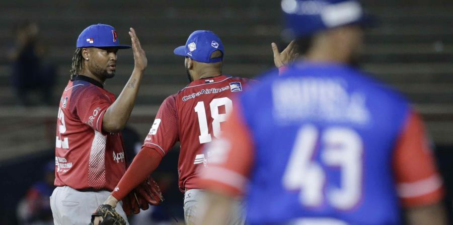 El taponero panameño Manny Corpas es felicitado luego de sacar el último out en la victoria sobre los Cangrejeros. (AP / Arnulfo Franco) (horizontal-x3)